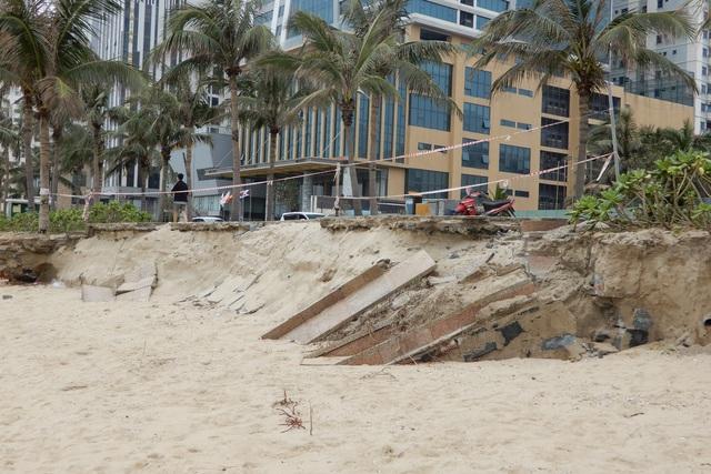Bờ biển Đà Nẵng sạt lở kinh hoàng, đe dọa nhiều khu nghỉ dưỡng - 1