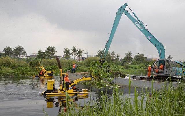 Đề xuất chi 13 tỷ đồng thuê máy vớt 4.500 tấn rác trên kênh - 1