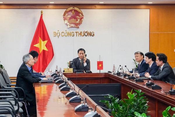 Bộ trưởng Công Thương, Chủ tịch Hội đồng Thương mại và Đầu tư Việt Nam – Hoa Kỳ (TIFA) Trần Tuấn Anh đã có cuộc điện đàm với Trưởng Đại diện Thương mại Hoa Kỳ (USTR) Robert Lighthizer để trao đổi về các vấn đề kinh tế, thương mại song phương giữa hai nước, ngày 7/1.