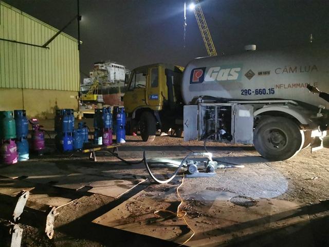 Nhóm đối tượng tổ chức sang chiết khí LPG trái phép trong đêm - 1