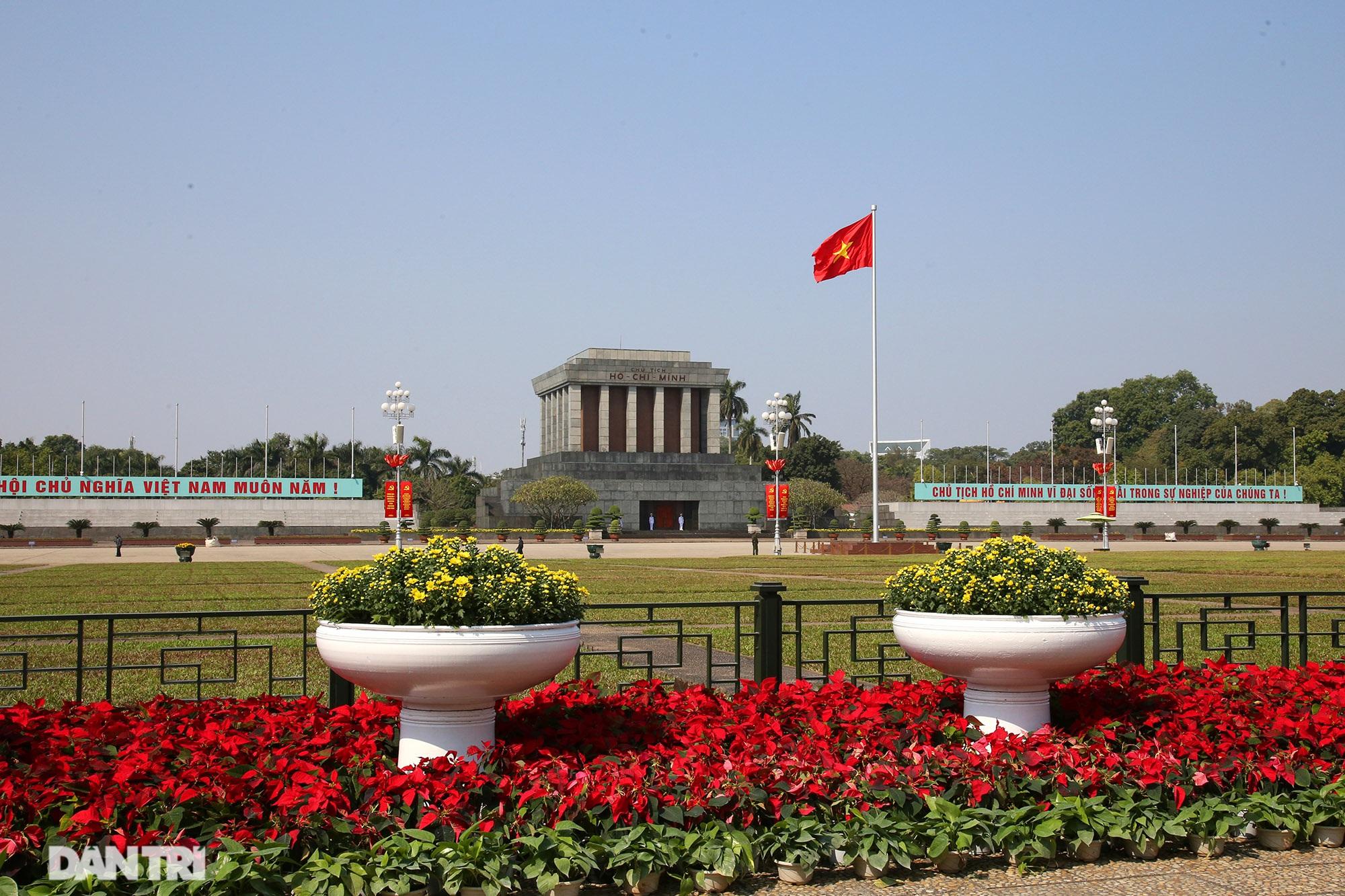 Hồ Gươm trang trí hoa rực rỡ sắc màu chào mừng Đại hội XIII của Đảng - 11