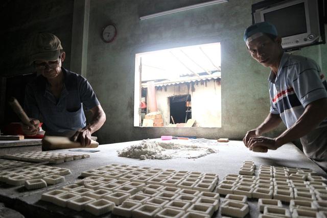 Cả làng đua nhau gõ lốc cốc để làm ra loại bánh khi xuân về - 1