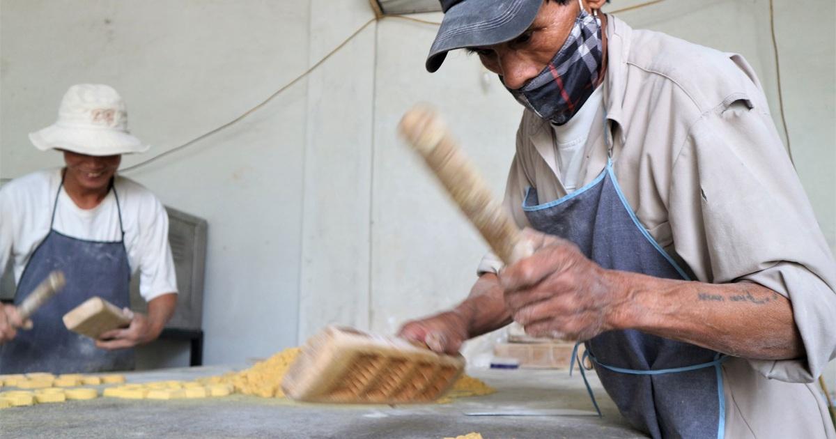 """Cả làng """"đua nhau gõ lốc cốc"""" để làm ra loại bánh khi xuân về"""