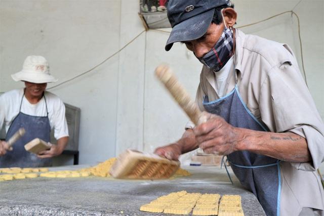 Cả làng đua nhau gõ lốc cốc để làm ra loại bánh khi xuân về - 2