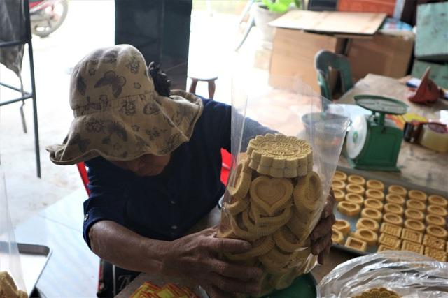 Cả làng đua nhau gõ lốc cốc để làm ra loại bánh khi xuân về - 5
