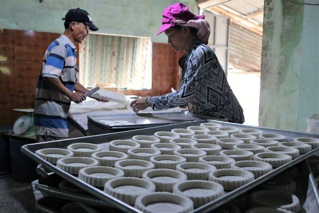Cả làng đua nhau gõ lốc cốc để làm ra loại bánh khi xuân về - 7