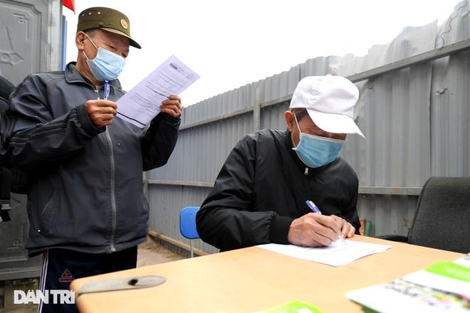 Người dân phấn khởi tham quan đoàn tàu tuyến Metro Nhổn - ga Hà Nội - 4