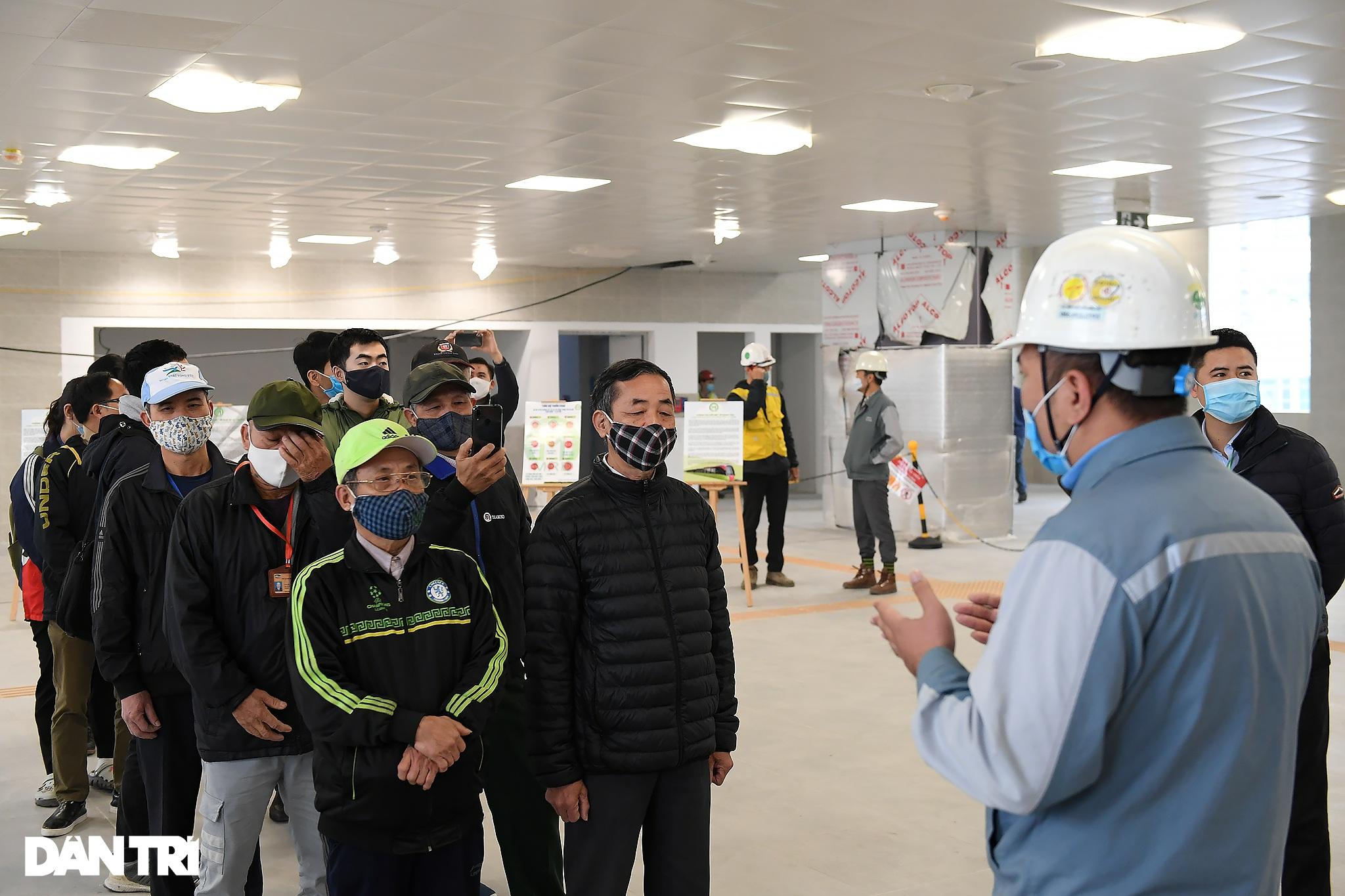 Người dân phấn khởi tham quan đoàn tàu tuyến Metro Nhổn - ga Hà Nội - 5