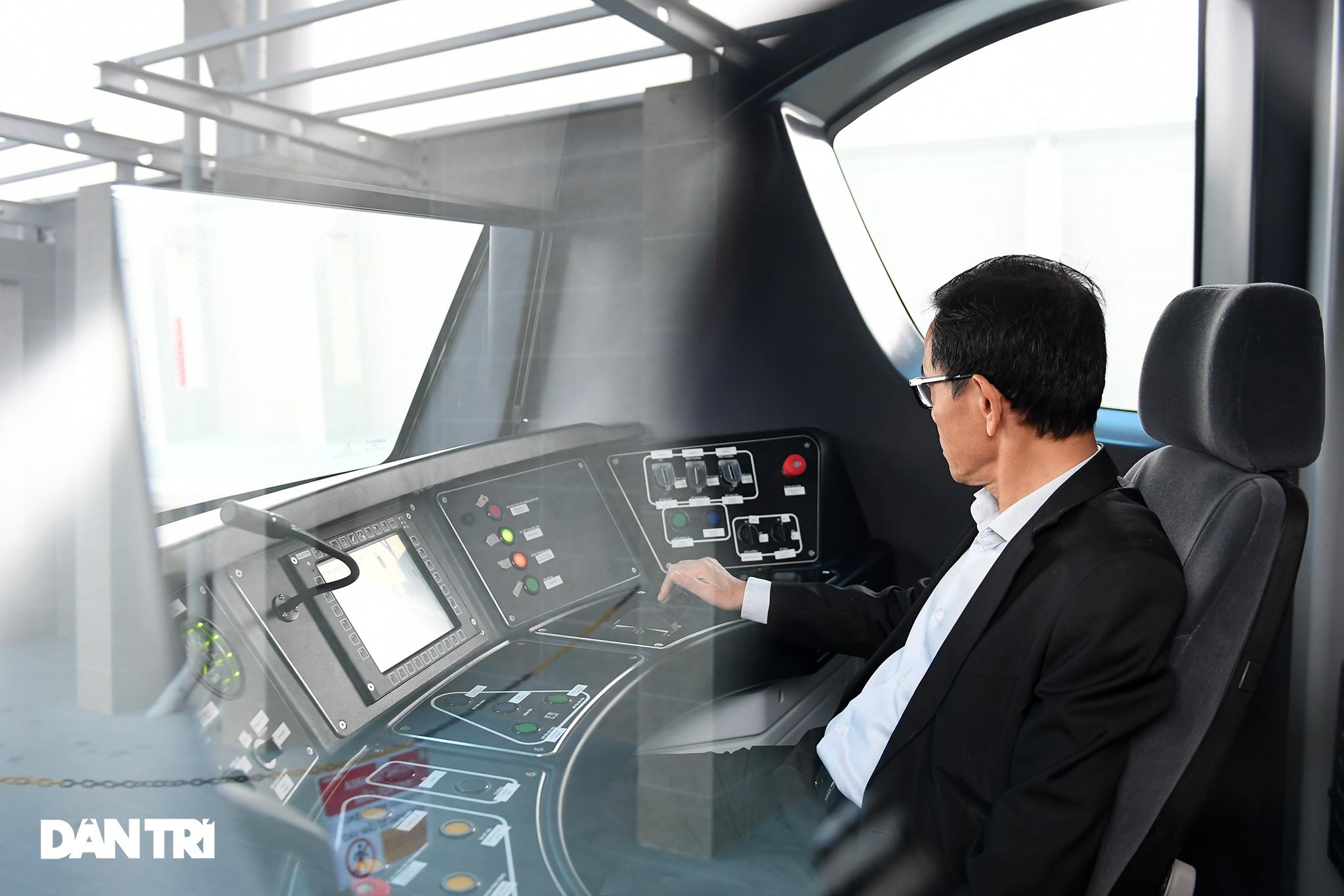 Người dân phấn khởi tham quan đoàn tàu tuyến Metro Nhổn - ga Hà Nội - 14