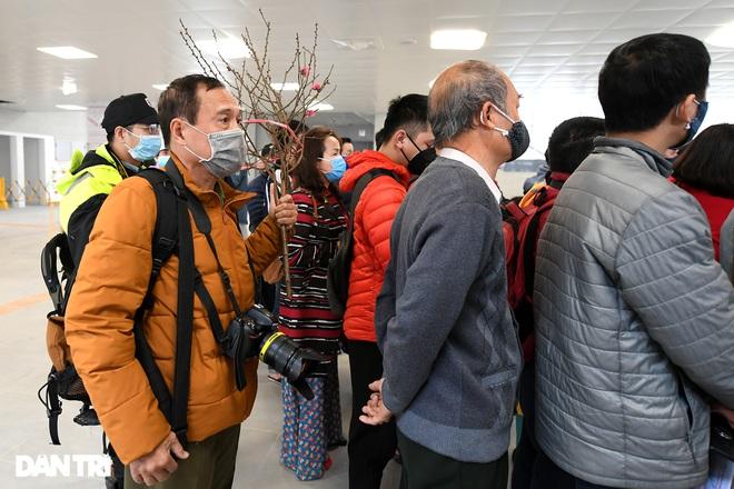 Người dân phấn khởi tham quan đoàn tàu tuyến Metro Nhổn - ga Hà Nội - 6
