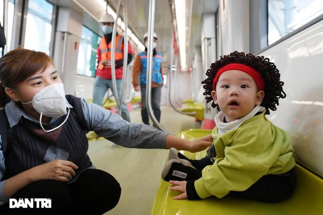 Người dân phấn khởi tham quan đoàn tàu tuyến Metro Nhổn - ga Hà Nội - 11