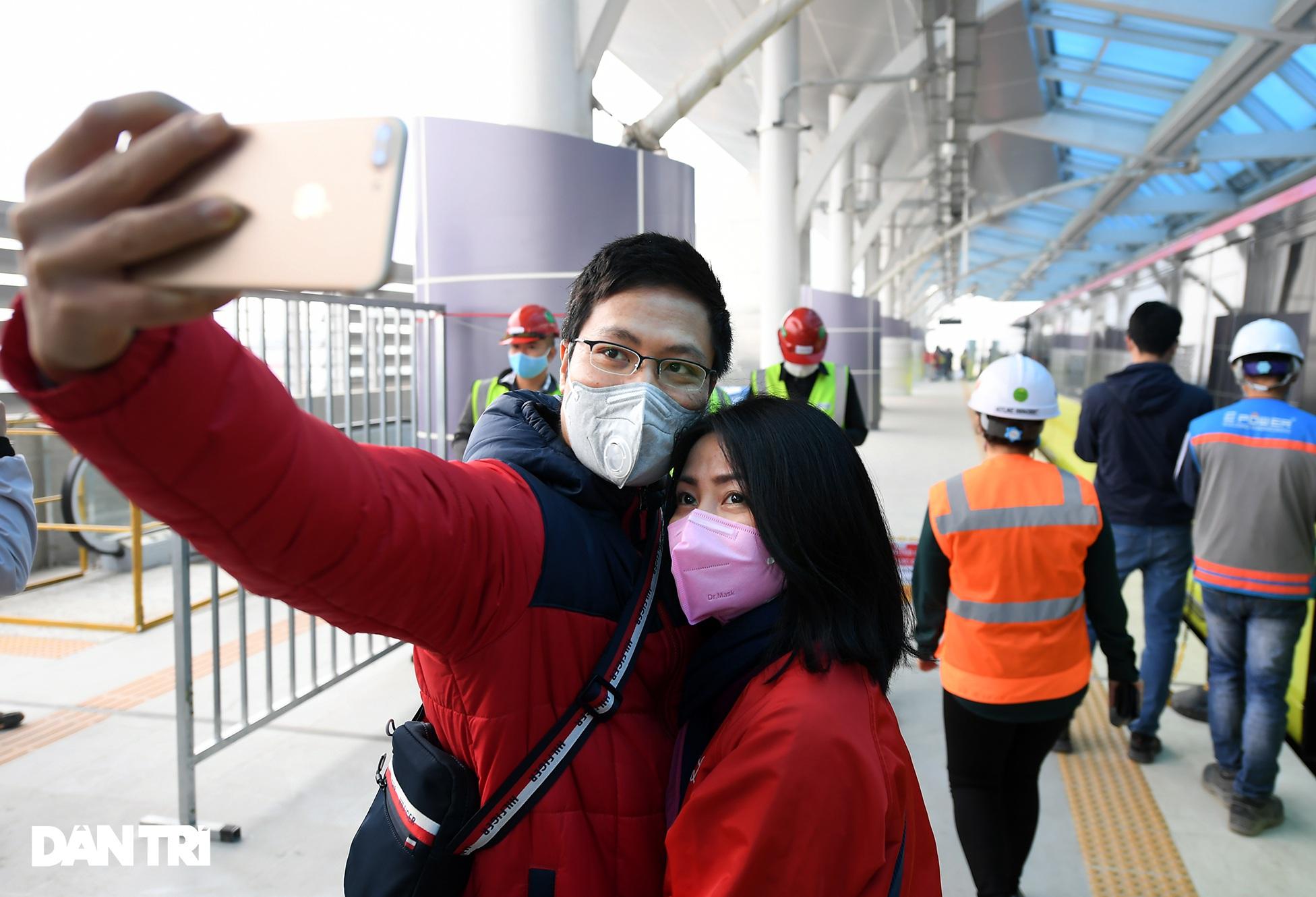 Người dân phấn khởi tham quan đoàn tàu tuyến Metro Nhổn - ga Hà Nội - 12