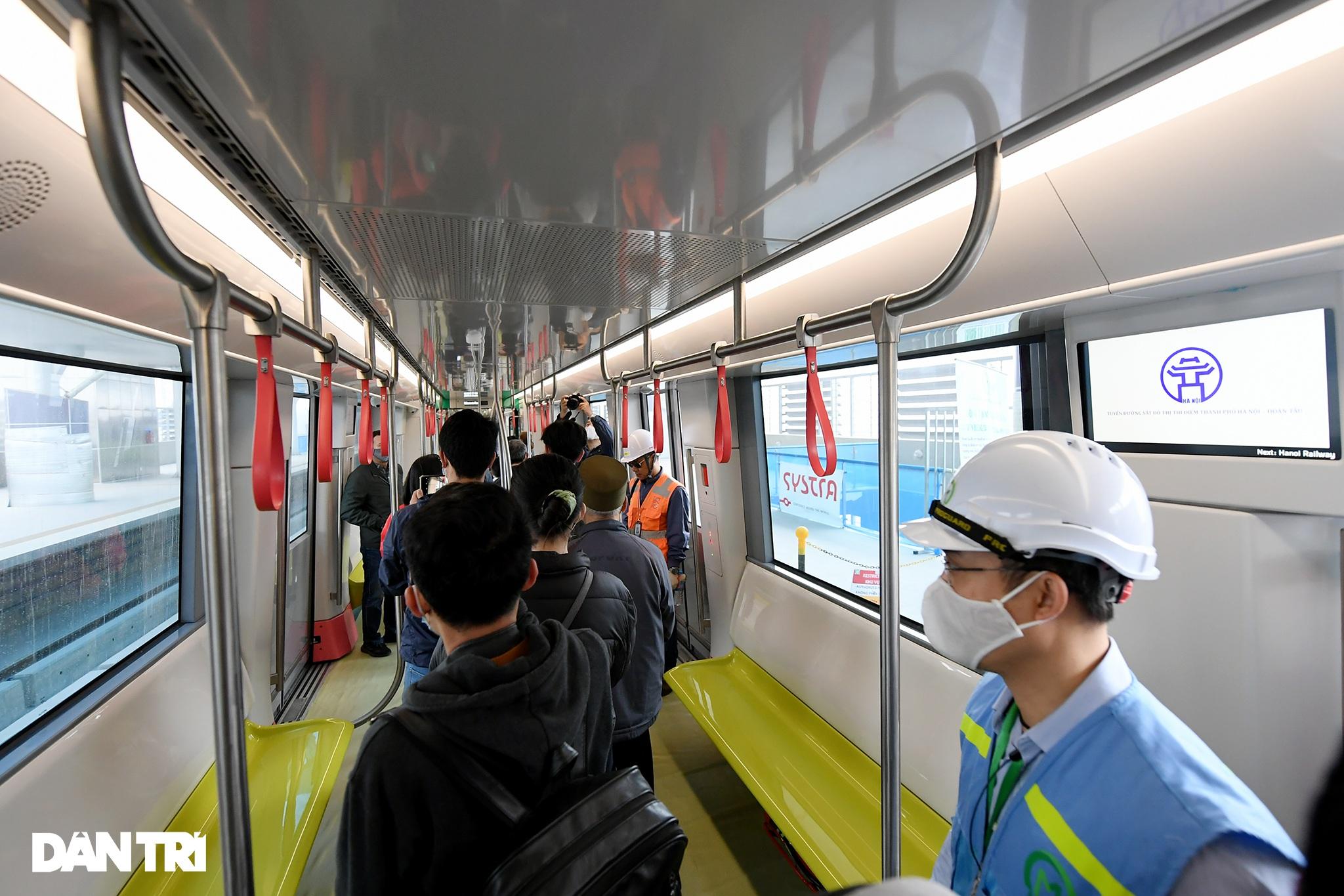 Người dân phấn khởi tham quan đoàn tàu tuyến Metro Nhổn - ga Hà Nội - 9