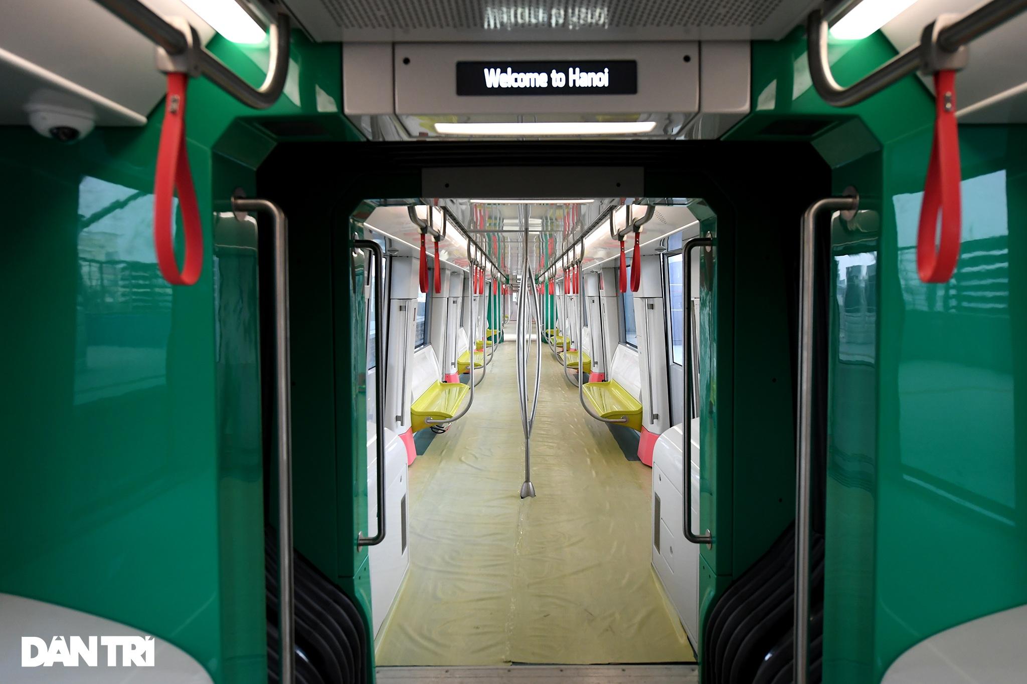 Người dân phấn khởi tham quan đoàn tàu tuyến Metro Nhổn - ga Hà Nội - 13