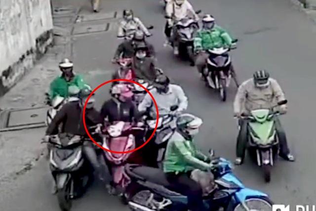 Người phụ nữ bị nhóm trộm bao vây, dàn cảnh móc túi giữa ban ngày - 1