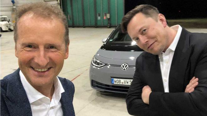 Chủ tịch hội đồng quản trị của Volkswagen, Herbert Diess và CEO Tesla Elon Musk
