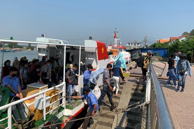 Trên 8.000 người vượt biển về nhà đón Tết - 1
