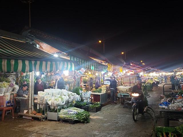 Chợ hoa Tết sầm uất nhất Hà Nội vắng chưa từng có vì dịch Covid-19 - 5