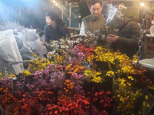 Chợ hoa Tết sầm uất nhất Hà Nội vắng chưa từng có vì dịch Covid-19 - 4