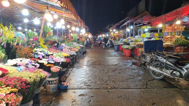 Chợ hoa Tết sầm uất nhất Hà Nội vắng chưa từng có vì dịch Covid-19 - 2