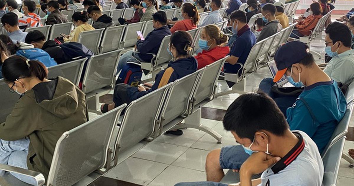 Người dân ồ ạt trả vé tàu Tết vì sợ dịch