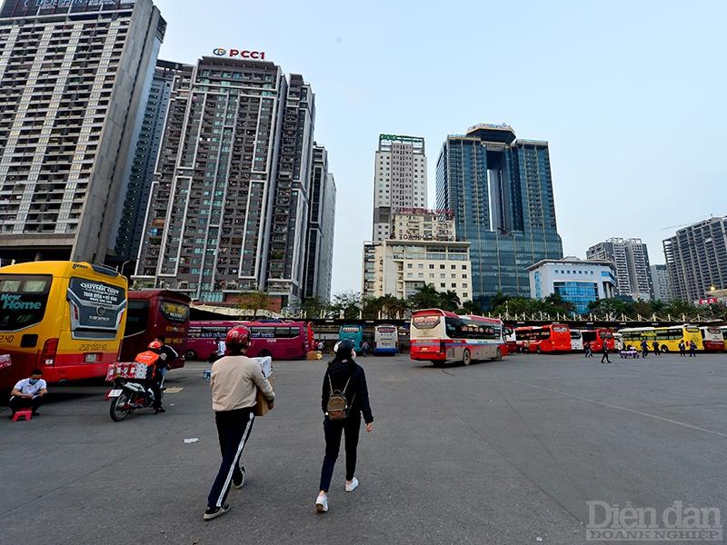 Thừa xe thiếu khách là tình trạng ở hầu hết các bến xe khách tại Hà Nội.
