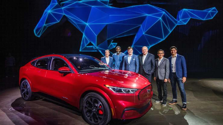 Cựu CEO của Ford James Hackett (thứ 3) và các thành viên trong nhóm, bao gồm cả người kế nhiệm của ông, Jim Farley (thứ 3), bên cạnh chiếc xe điện đầu tiên của công ty là Mustang Mach-E.
