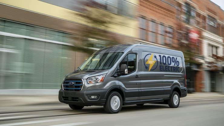 Ford Transit hoàn toàn bằng điện mới vào ngày 12 tháng 11 năm 2020.