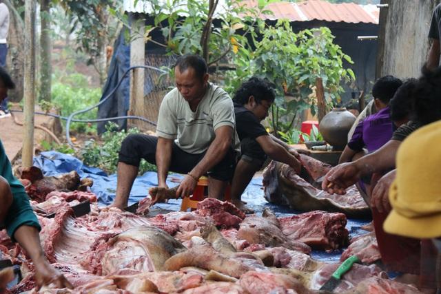 Huyện vùng cao mổ heo, tặng thịt gạo cho đồng bào khó khăn ăn Tết - 2