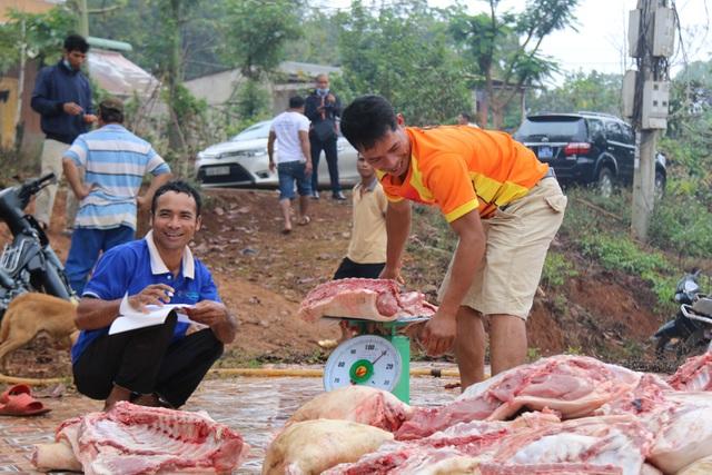 Huyện vùng cao mổ heo, tặng thịt gạo cho đồng bào khó khăn ăn Tết - 3