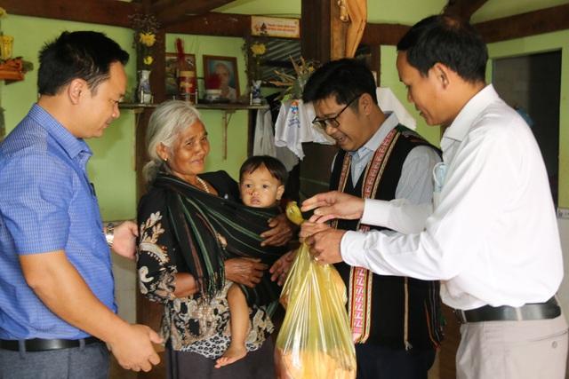 Huyện vùng cao mổ heo, tặng thịt gạo cho đồng bào khó khăn ăn Tết - 5