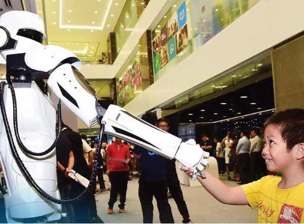 Công nghệ như trí tuệ nhân tạo (AI), robot… được dự báo sẽ tiếp tục phát triển mạnh trong năm 2021. (Ảnh: Robot điều khiển bằng công nghệ 5G của Viettel)