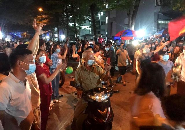 Hàng nghìn người vỡ òa vui sướng vì được dỡ phong tỏa đêm giao thừa - 4