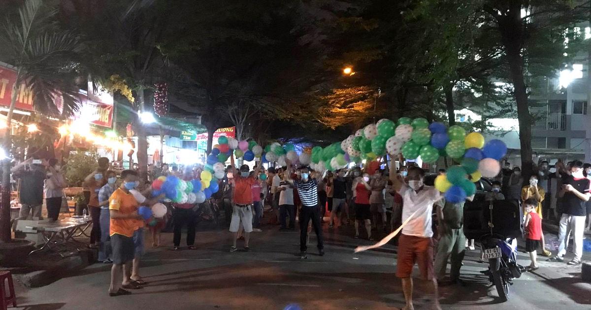 Hàng nghìn người vỡ òa vui sướng vì được dỡ phong tỏa đêm giao thừa