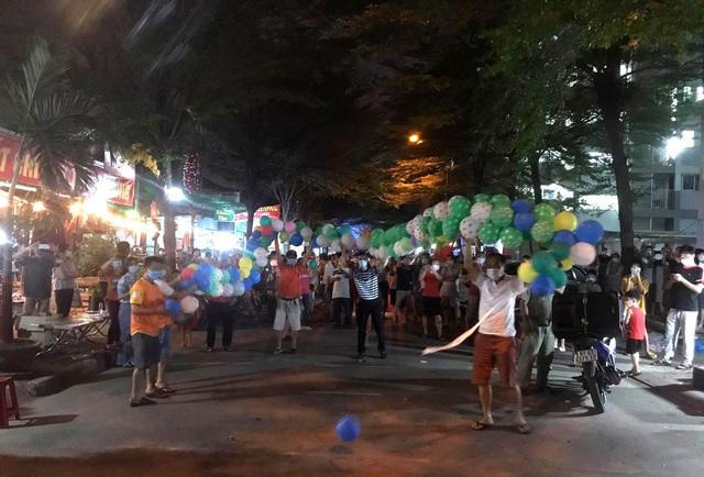 Hàng nghìn người vỡ òa vui sướng vì được dỡ phong tỏa đêm giao thừa - 3