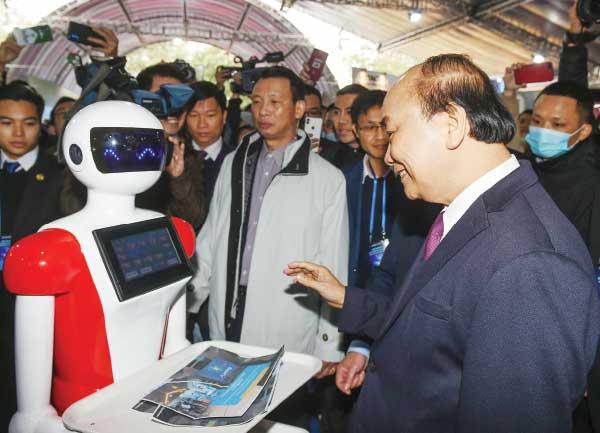 Thủ tướng Nguyễn Xuân Phúc thăm các gian hàng tại Triển lãm quốc tế đổi mới sáng tạo Việt Nam 2021. Ảnh: Quang Hiếu