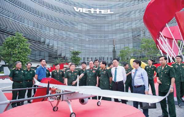 Giai đoạn 2020-2025, Viettel sẽ chuyển đổi từ công ty cung cấp dịch vụ viễn thông sang công ty cung cấp dịch vụ số. (Ảnh: Lãnh đạo Bộ Quốc phòng tham quan sản phẩm máy bay không người lái Shikra do Viettel phát triển).