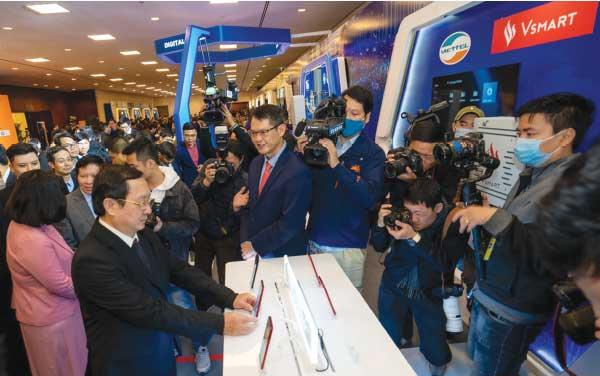 Bộ trưởng Bộ Khoa học và Công nghệ Huỳnh Thành Đạt trải nghiệm tốc độ mạng 5G trên mấu điện thoại Vsmart Aris 5G Make in Vietnam tại Diễn đàn Quốc gia về phát triển Doanh nghiệp Công nghệ Số.