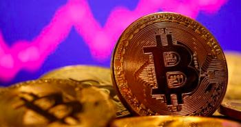 """Bitcoin """"điên cuồng""""phá đỉnh 55.000 USD, vốn hóa vọt qua 1.000 tỷ USD"""