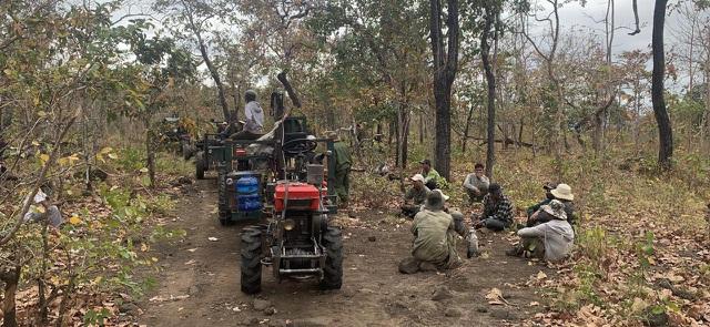 Cận cảnh đoàn xe công nông ùn ùn đi phá rừng - 3