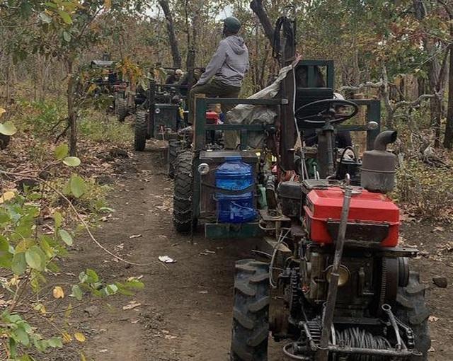Cận cảnh đoàn xe công nông ùn ùn đi phá rừng - 4