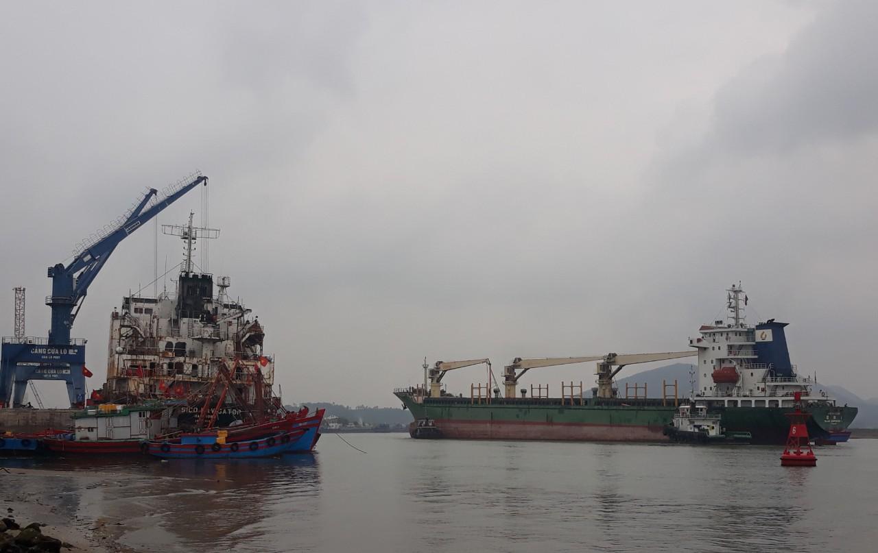 Hệ thống hạ tầng kỹ thuật phục vụ loại hình dịch vụ logistics hiện nay tại các cảng biển nước ta còn nghèo nàn, lạc hậu chưa kể luồng lạch nông cạn khiến nhiều tài vận tải công suất lớn của quốc tế không mặn mà cập cảng (ảnh chụp tại Cảng Cửa Lò, Nghệ An)