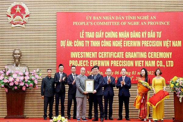 Ông Nguyễn Đức Trung - Chủ tịch UBND tỉnh Nghệ An trao Giấy chứng nhận đăng ký đầu tư cho nhà đầu tư để thực hiện dự án 200 triệu USD