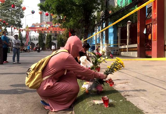 Lễ hội lớn nhất Đông Nam Bộ đóng cửa, người dân đứng ngoài chùa cầu an - 5