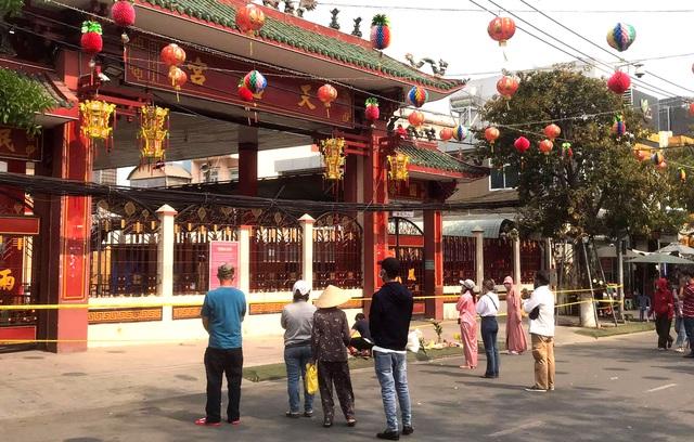 Lễ hội lớn nhất Đông Nam Bộ đóng cửa, người dân đứng ngoài chùa cầu an - 4
