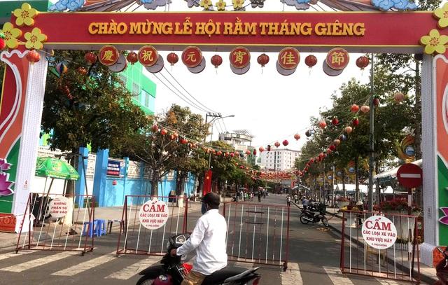 Lễ hội lớn nhất Đông Nam Bộ đóng cửa, người dân đứng ngoài chùa cầu an - 2