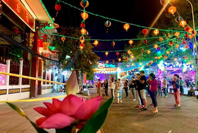 Lễ hội lớn nhất Đông Nam Bộ đóng cửa, người dân đứng ngoài chùa cầu an - 8