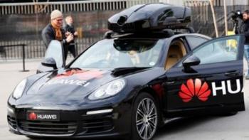 """Huawei """"bẻ lái"""" sang ô tô"""