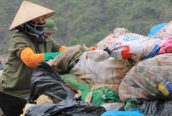 """Chuyện những người quanh năm """"kiếm cơm"""" ở… bãi rác"""