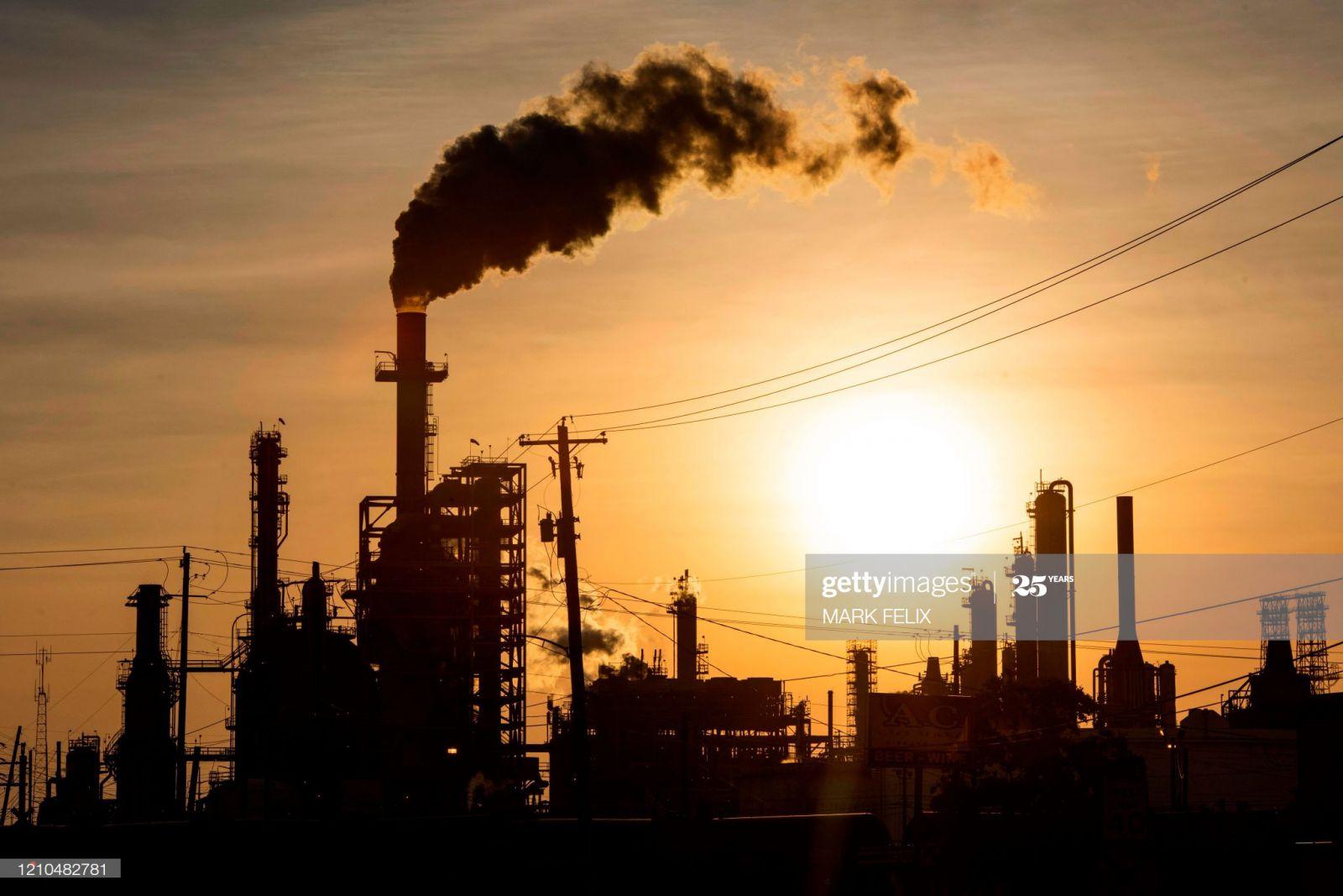 Giá dầu thô đang phục hồi ở thời điểm hiện tại sau một năm sụt giảm mạnh.